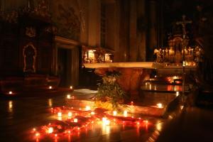 Kerzenlicht, Stille und Gebet.